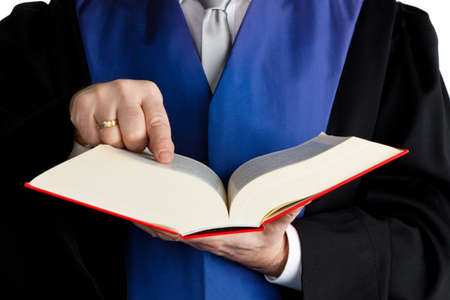 autoridades: un juez con un libro de la ley en los tribunales. contra un fondo blanco