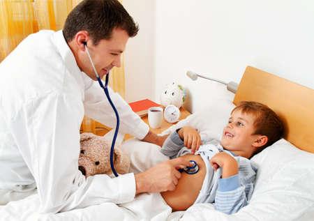 un médico en las visitas domiciliarias. examina niño enfermo.