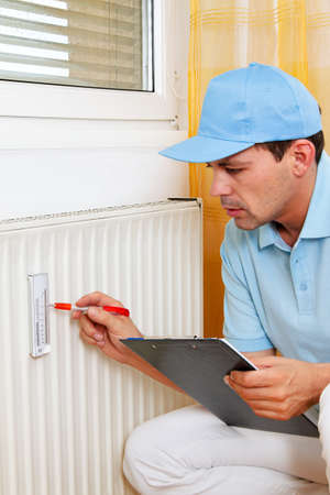 ordenanza: instalador con el radiador. ahorro de energía. la lectura de la calefacción - ajuste.