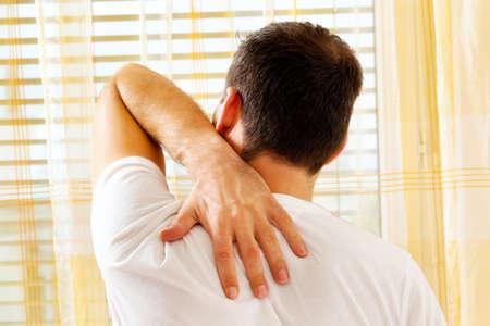 Ein Mann wachte am Morgen nach dem Schmerz. Standard-Bild - 11276153