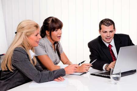 jovenes empresarios: exitoso equipo joven en una reuni�n en la oficina Foto de archivo