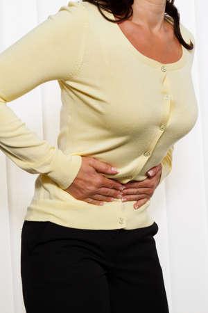 the diarrhea: mujer con dolor en el abdomen y la ingle. el dolor menstrual. Foto de archivo