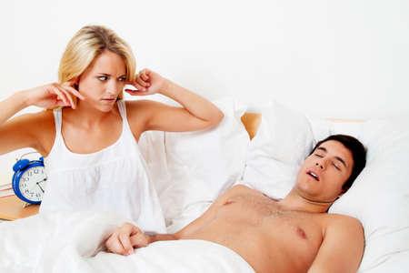 apnoe: Paar in scvhlafzimmer. Ehemann schnarcht laut und unangenehm.