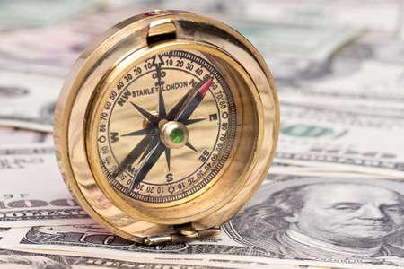puntos cardinales: muchos proyectos de ley de dólares y una brújula. Cloes hasta