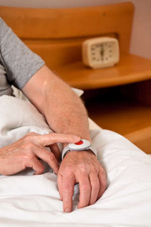 medizin: rufhilfe with a senior emergency phone in bed Stock Photo