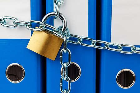 un dossier avec chaîne et cadenas fermé. vie privée et la sécurité des données. Banque d'images - 11944267