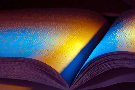 disability insurance: un libro scritto in braille. braille per i non vedenti.