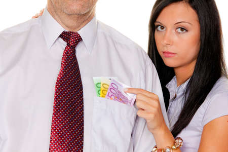 bolsa dinero: mujer joven saca un hombre de su dinero de bolsillo. euro
