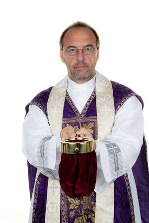 limosna: un sacerdote católico recauda dinero para la iglesia