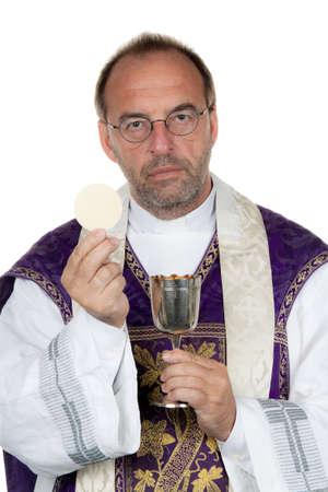 eucharistie: un prêtre catholique avec un calice et la patène à la sainte communion