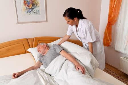 enfermeria: una enfermera en el cuidado de los ancianos de los ancianos en los asilos de ancianos Foto de archivo