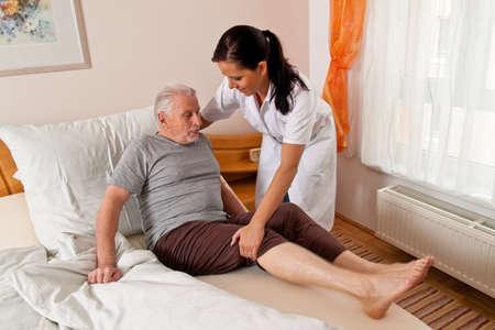 disability insurance: infermiera in assistenza agli anziani per gli anziani nelle case di riposo Archivio Fotografico