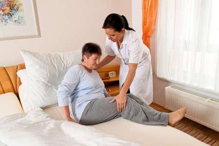 enfermeria: una enfermera en el cuidado de los ancianos para los ancianos en los asilos de ancianos Foto de archivo