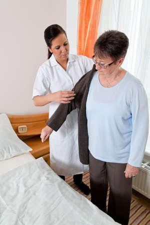 ordelijk: een verpleegkundige in de ouderenzorg voor de ouderen in verpleeghuizen