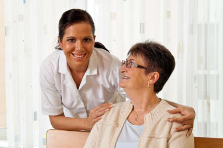 empleadas domesticas: una enfermera en el cuidado de los ancianos para los ancianos en los asilos de ancianos Foto de archivo