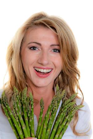 esparragos: mujer con espárragos verdes. contra un fondo blanco