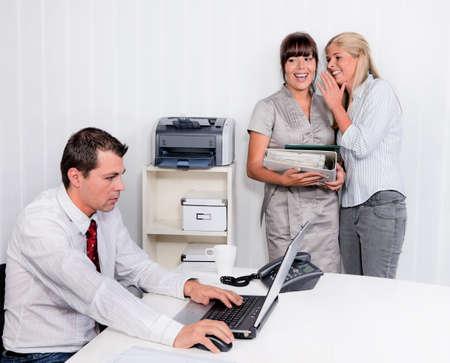 fend: mobbing sul posto di lavoro un ufficio. ridere di due colleghi Archivio Fotografico