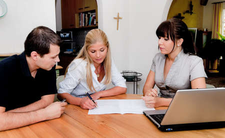 contratos: consultor�a y la firma del contrato en un apartamento. las ventas en el hogar Foto de archivo
