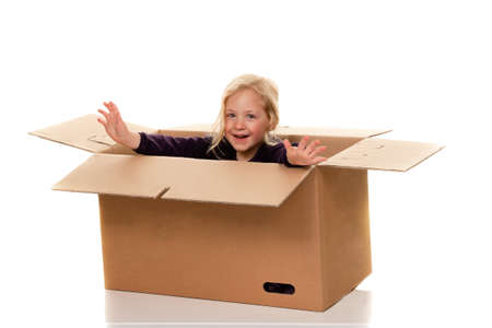 Kind im Umzugskarton. wenn der Umzug nach Box. Standard-Bild - 12080038