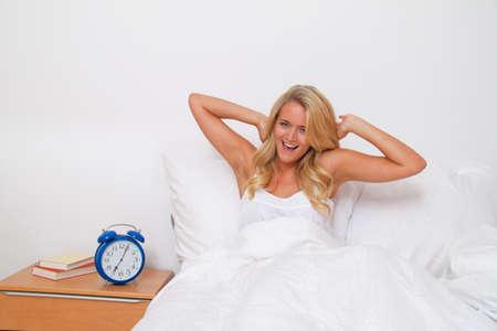 humeur: jeune femme jolie et se r�veiller �. bonne humeur le matin au lit