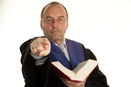 jurisprudencia: un juez con un libro de la ley en los tribunales. libro en la mano. Foto de archivo