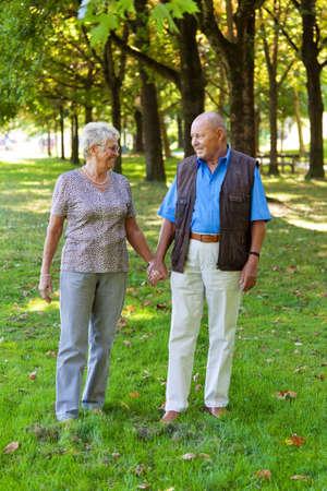 rijpe senior paar in liefde. lopen in een weide Stockfoto