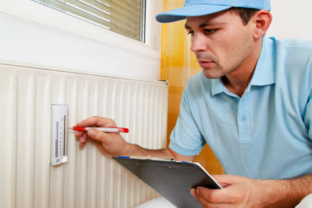 ordenanza: instalador con el radiador. ahorro de energ�a. la lectura de la calefacci�n - ajuste.