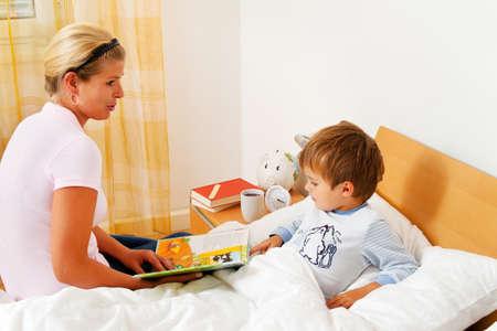 Mutter beim Lesen von Geschichten und M�rchen