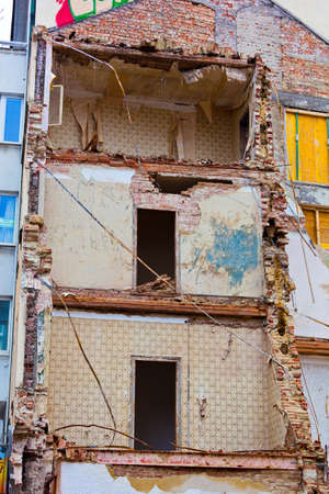 immobilien: in a city as a residential building is demolished. space for new construction Stock Photo