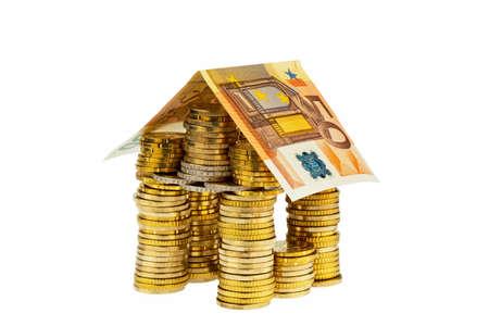 single familiy: una casa hecha de monedas y billetes. foto de icono para los pr�stamos de construcci�n y el hogar Foto de archivo