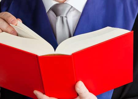 jurisprudencia: un juez con un libro de la ley en los tribunales martillo en la mano Foto de archivo