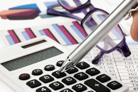 ein Rechner und verschiedene Statistiken in die Berechnung der Bilanz, Umsatz und Gewinn