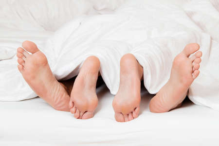 Dellen ein paar F��e im Bett Liebe, Sex und Partner Lizenzfreie Bilder