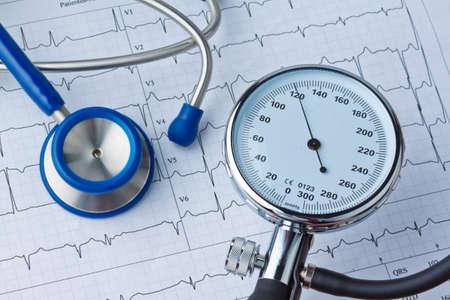 hipertension: la medici�n de la presi�n arterial y la enfermedad ecg curva debido a la presi�n arterial alta