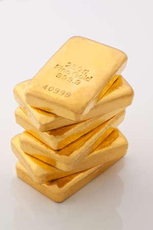 lingotes de oro: inversión en oro verdadero que los lingotes de oro y monedas de oro Foto de archivo