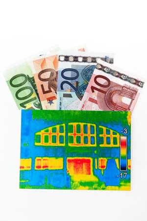 Energie sparen durch isolierende Haus Standard-Bild