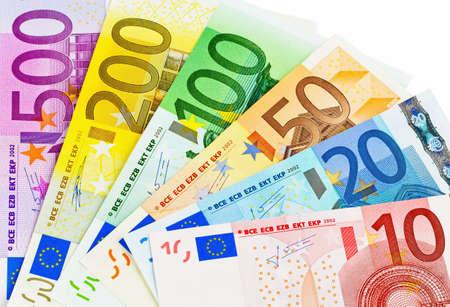 dinero euros: billetes en euros el dinero el dinero de la UE aislado en un fondo blanco