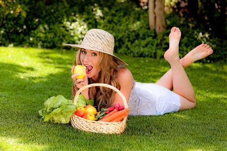 owoce i warzywa w koszyku z żoną