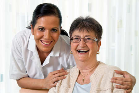 personnes �g�es: une infirmi�re en soins aux personnes �g�es pour les personnes �g�es dans les maisons de soins infirmiers Banque d'images