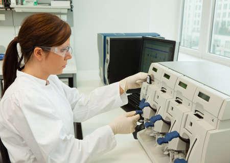 eine Frau in der Laborforschung Forschung im Forschungslabor