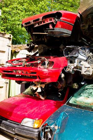 scrap trade: auto junk molti ad un cantiere di demolizione in attesa di essere portati via in compattatore dei rifiuti