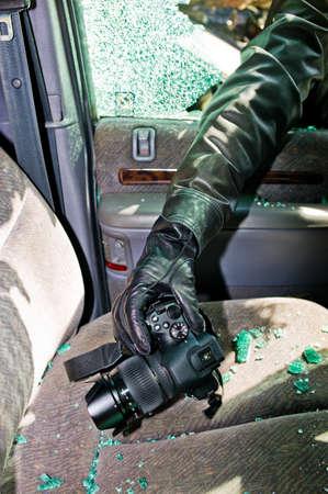 eingeschifft: ein Dieb stahl eine Kamera aus einem Auto durch eine zerbrochene Seitenscheibe Lizenzfreie Bilder