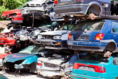 ferraille: voitures d'ordure nombreux � un parc � ferraille en attente d'�tre emmen� dans dei compacteur de d�chets Banque d'images