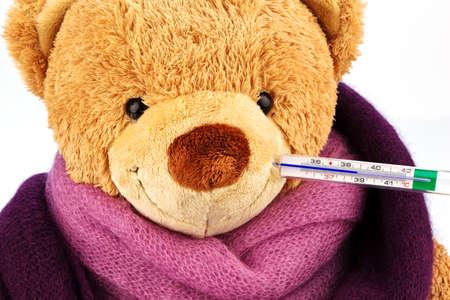fiebre: un oso de peluche con un term�metro en la foto representativa boca de escalofr�os, fiebre y la gripe