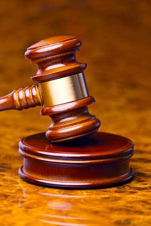 裁判所の裁判官の小槌は机の上にあります。