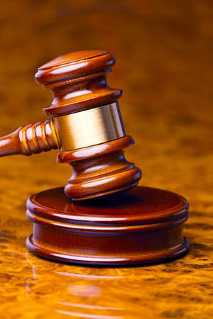 giurisprudenza: il martelletto di un giudice in tribunale si trova su una scrivania Archivio Fotografico