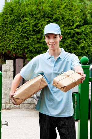brings: un giovane che porta un servizio di consegna del pacchetto Archivio Fotografico