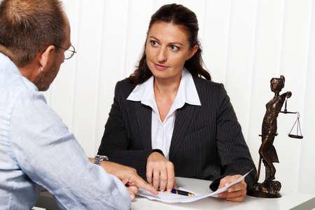 divorcio: joven abogado en la oficina de la Procuradur�a de la ley
