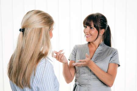 conversaciones: dos mujeres en una conversación en la oficina de arbitsplatz