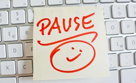 burnout: Ein Memo ist auf der Tastatur eines Computers als Erinnerung Pause